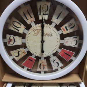 Стенен часовник Париж